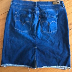 👗 B2G1 Levi's perfectly slimming skirt waist 29